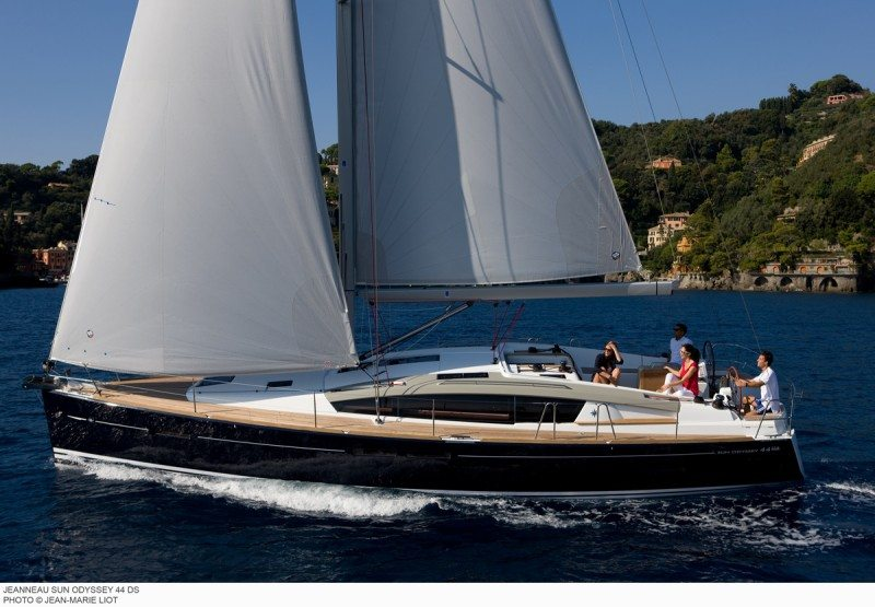 Jeanneau 44DS sailing