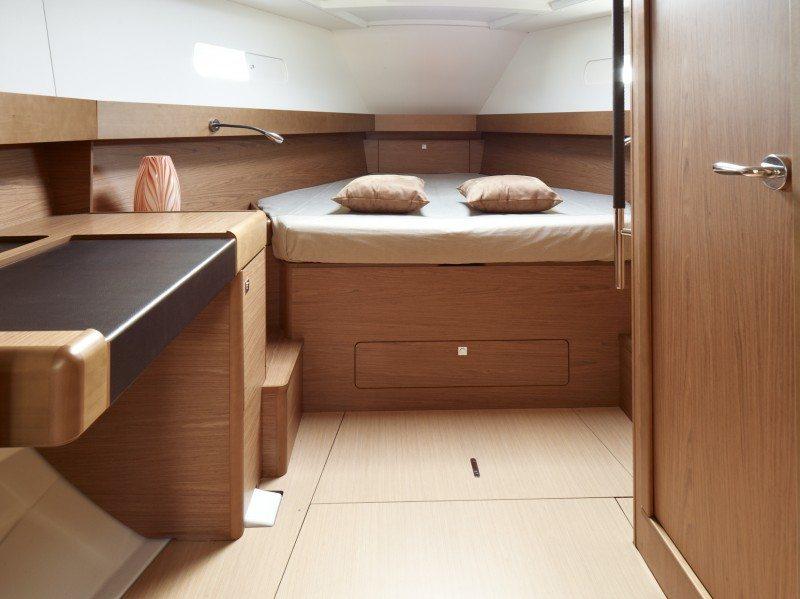 Jeanneau 44DS master cabin