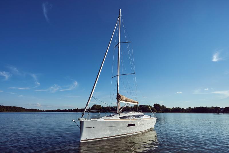 Jeanneau 319 anchored